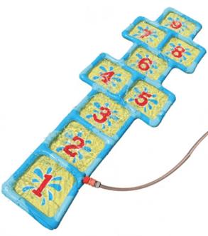 Zahlenmatte mit Anschluss an den Gartenschlauch für warme Sommertage